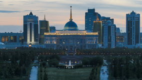 Панорама дня города Астаны к timelapse ночи и резиденции Akorda президента с парком видеоматериал