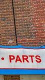 Панорама огромный знак который читает продажи обслуживает части вне коммерчески здания стоковое фото rf
