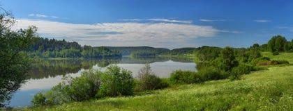 Панорама озера зеркала на зоре Стоковая Фотография RF