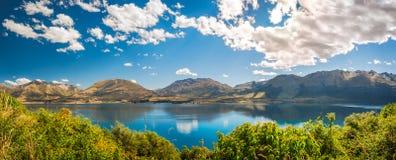 Панорама озера Wakatipu на золотом часе, Otago, Новой Зеландии стоковое изображение