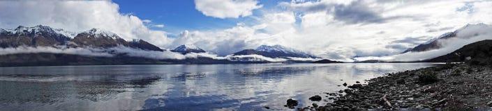 Панорама озера Wakatipu на приводе Glenorchy сценарном, Новой Зеландии стоковые изображения