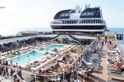 Панорама открытой палубы с роскошным бассейном и многочисленные туристы грузят MSC Meraviglia, 10-ое октября 2018 стоковые фото