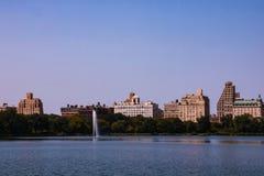Панорама отражения воды Нью-Йорка Манхаттана стоковое фото