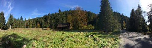 Панорама от небольшого дома и дороги Стоковое Изображение