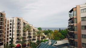 Панорама от ясного голубого моря к строить морской воды гостиницы и на горизонте акции видеоматериалы
