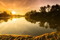 Панорама одичалого реки с отражением облачного неба захода солнца, в осени Стоковое Фото