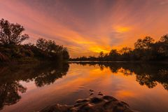 Панорама одичалого реки с отражением облачного неба захода солнца, в осени Стоковое Изображение RF