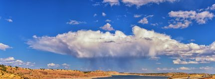Панорама падения поздним летом резервуара парка штата голодания предыдущая озера вокруг моста с дождевыми облаками около Duchesne стоковые фото