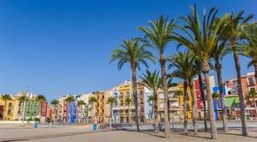 Панорама пальм и красочных домов на пляже виллы Стоковая Фотография