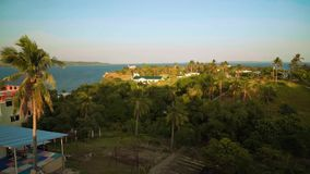 Панорама пальм, домов и моря на тропическом острове, Puerto Galera видеоматериал