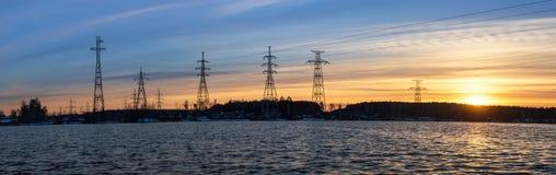 панорама, передающая линия на береге резервуара в конце дня, энергии Стоковые Фотографии RF