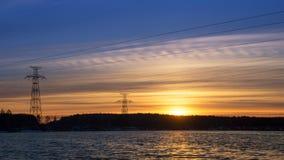 панорама, передающая линия на береге резервуара в конце дня, энергии Стоковая Фотография RF
