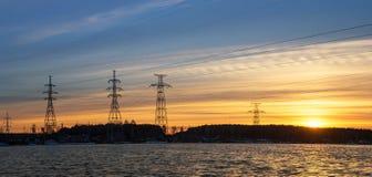 панорама, передающая линия на береге резервуара в конце дня, энергии Стоковые Изображения RF