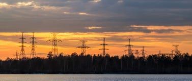 панорама, передающая линия на береге резервуара в конце дня, энергии Стоковая Фотография