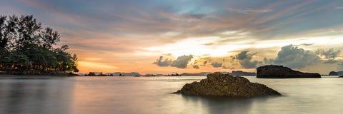 Панорама пляжа Ao Nang на Krabi, Таиланде Стоковая Фотография RF