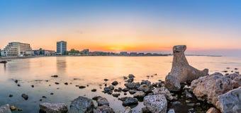 Панорама пляжного комплекса Mamaia на заходе солнца Стоковые Фото