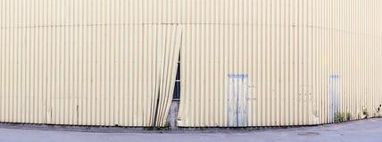 Панорама поврежденной загородки, за которой прячет незаконченный объект Стоковые Изображения
