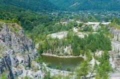 Панорама покинутого и затопленного карьера Стоковые Фотографии RF