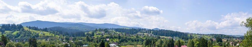 Панорама поселения в горах Стоковые Изображения