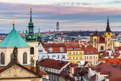 Панорама Праги с красным летним днем крыш сверху на сумраке, чехии Стоковое Изображение
