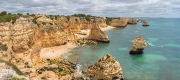 Панорама Прая da Marinha на южном береге Португалии в Алгарве на пасмурный день стоковая фотография rf