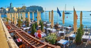 Панорама прибрежного ресторана в St юлианском, Мальте стоковое фото rf
