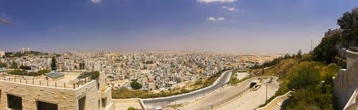 Панорама пригорода восточного Иерусалима и городка западного берега Стоковое фото RF