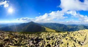 Панорама прикарпатской горы лета sunshiny Стоковая Фотография