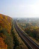 Панорама природы и железной дороги осени в середине Стоковое Изображение