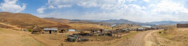 Панорама простых хат камня и олова в деревне около запруды Katse в королевстве горы Лесото, Африки Стоковые Изображения
