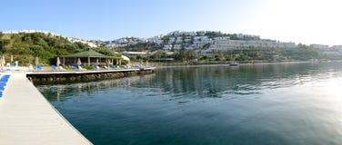 Панорама пляжа на среднеземноморском турецком курорте стоковое фото