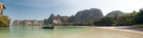 Панорама пляжа Таиланда Krabi с шлюпками в заливе Стоковое Изображение RF