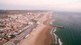 Панорама пляжа Caparica Косты на виде с воздуха вечера Стоковая Фотография