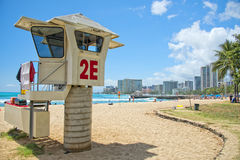 Панорама пляжа Waikiki с башней baywatch спасения Стоковые Изображения