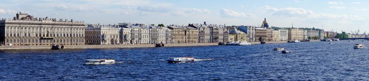 Панорама Санкт-Петербурга с взглядами обваловки дворца стоковые изображения