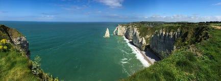 Панорама скалистого пляжа в Нормандии Стоковые Изображения