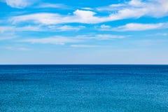 Панорама сливать голубое небо и море стоковое фото