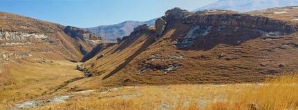 Панорама сняла гор Drakensberg на золотом стробе в восточной провинции освободившееся государство в Южной Африке Красивая осень Стоковое Изображение