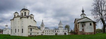 Панорама средневековых церков в дворе Yaroslav в Veliky Стоковые Изображения RF