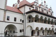 Панорама старых исторических зданий в центре города Kezmarok в Словакии Стоковые Фотографии RF