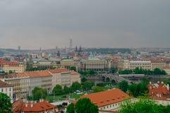 Панорама старых крыш городка, река Влтавы и наводит сверху, стоковое изображение rf