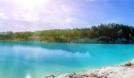 Панорама сценарного затопленного карьера глины с водой бирюзы внутри Стоковая Фотография RF