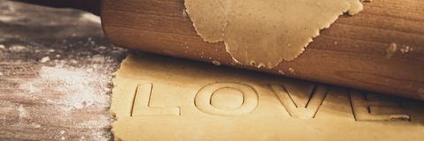 Панорама, сырцовое тесто печенья и вращающая ось, влюбленность слова вырез стоковая фотография