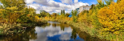 Панорама с взглядами реки, города и парка валы неба ландшафта листва города осени голубые желтеют Стоковые Фото