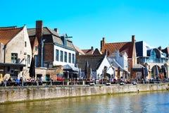Панорама с каналом и ресторанами в традиционных домах в Brugge, Belguim Стоковые Фотографии RF