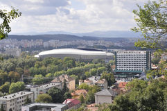 Панорама с стадионом арены Cluj городка cluj-Napoca от области Трансильвании в Румынии Стоковое Фото
