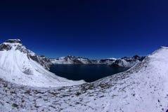 Панорама темносинего озера кратер Стоковые Изображения RF