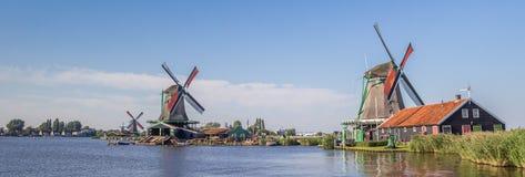 Панорама традиционных голландских ветрянок на реке Zaan Стоковая Фотография