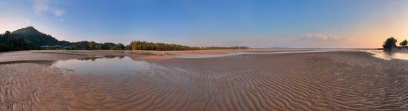 Панорама тропического пляжа перед заходом солнца стоковая фотография