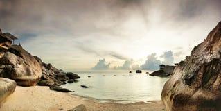 Панорама тропического пляжа перед заходом солнца стоковое изображение